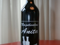 Bedrijfslogo op wijnfles gezandstraald