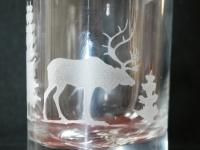 Hert op whiskey glas  gezandstraald. Geëtst.