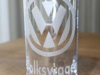 Volkswagen logo gezandstraald op glas.