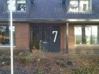 Huis nummer 7 naast voordeur geschilderd.