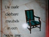 Reclamebord. Belettering en stoel geschilderd.
