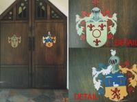 Wapens op oude kerkdeur geschilderd.
